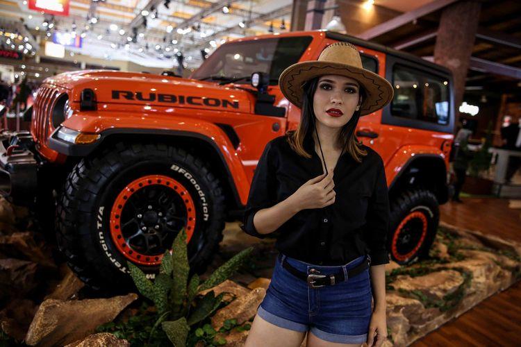 Sales promotion girl (SPG) berpose di samping mobil dalam pameran otomotif Indonesia International Motor Show (IIMS) 2019 di Jiexpo Kemayoran, Jakarta Utara, Kamis (25/4/2019). Pameran IIMS 2019 berlangsung hingga 5 Mei 2019 mendatang. Sebanyak 36 merek roda dua dan roda empat ikut memamerkan produk terbarunya di sini.