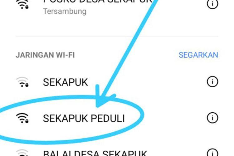 Akses internet gratis yang disediakan Pemdes Sekapuk di balai desa setempat.