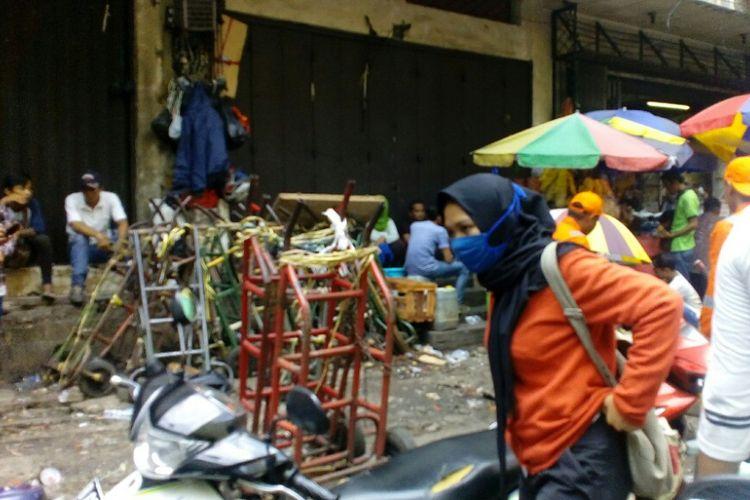 Kereta dorong barang diletakkan di trotoar depan gedung Metro Tanah Abang, Jakarta Pusat, Rabu (25/10/2017).