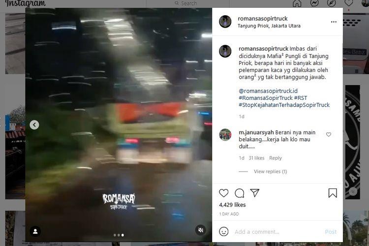 Viral video truk dinarasikan mengalami kerusakan pada kaca bagian depan setelah diserang seseorang. Video rekaman ini diunggah akun Instagram @romansasopirtruck dengan menyertakan lokasi di Tanjung Priok, Jakarta Utara, Minggu (13/6/2021).