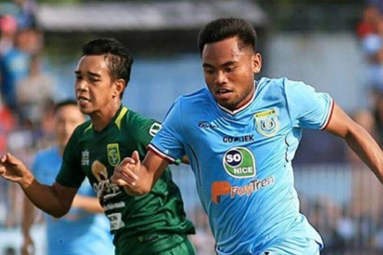 Pemain Persela, Saddil Ramdani, dibayangi pemain Persebaya.