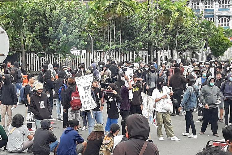 Suasana aksi tolak Omnibus Law UU Cipta Kerja di Bundaran Universitas Gadjah Mada (UGM)