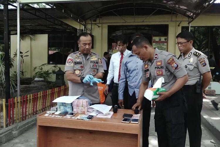 Aparat kepolisian menggelar rilis pelaku penjarahan di Mapolres Palu, Sulawesi Tengah. Senin, (8/10/2018).