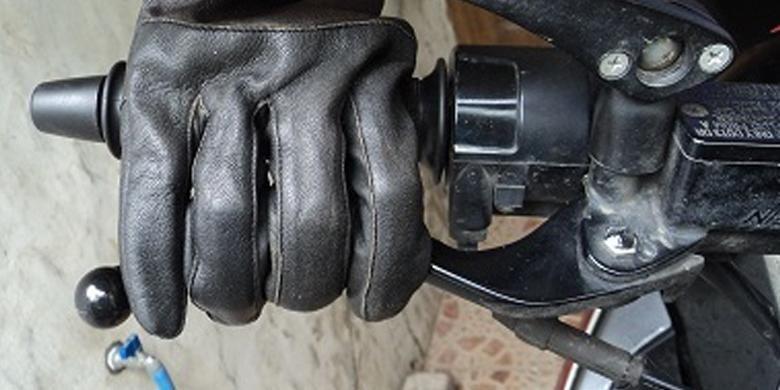 Cara menekan hendel rem sepeda motor