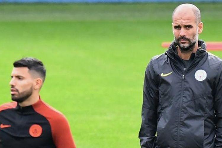 Manajer Manchester City, Josep Guardiola (kanan), beserta pemainnya, Sergio Aguero, sedang menjalani sesi latihan tim di Manchester, 28 September 2016.