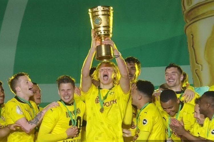 Skuad Borussia Dortmund merayakan juara DFB Pokal musim 2020-2021. Mereka mengalahkan RB Leipzig pada final yang berlangsung di Stadion Olimpiade Berlin, Jumat (14/5/2021) dini hari WIB.