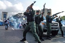 Baku Tembak, Gas Air Mata, dan Serangan Mobil Warnai Krisis Venezuela