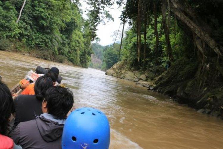 Wisatawan lokal selepas melewati rute arung jeram di Lawe Alas, Aceh Tenggara, Aceh.