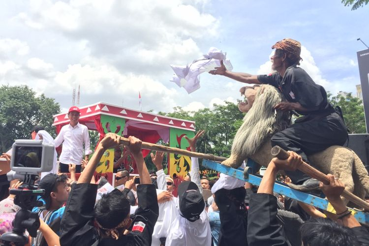 Calon Presiden nomor urut 01 Joko Widodo saat menaiki perahu hias ketika menghadiri kampanye di Palembang, Sumatera Selatan, Selasa (2/4/2019).
