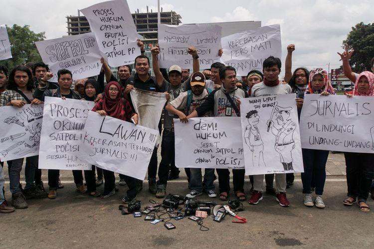 Puluhan jurnalis dari berbagai media yang tergabung dalam Persatuan Wartawan Indonesia (PWI) Banyumas, Aliansi Jurnalis Independen (AJI) Banyumas dan Solidaritas Jurnalis Anti Kekerasan dan Intimidas melakukan aksi solidaritas di Kantor Bupati Banyumas, Selasa (10/10/2017).