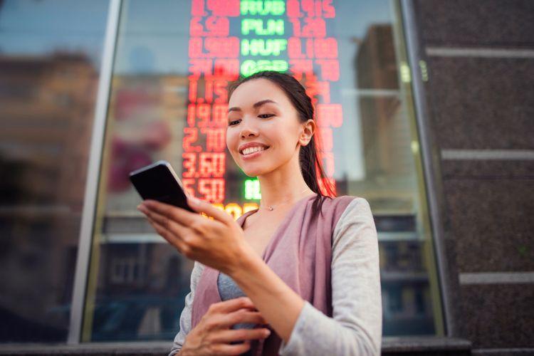 Ilustrasi orang yang sedang trading forex.
