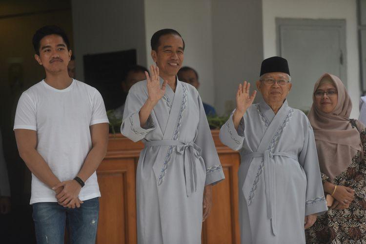 Bakal capres cawapres Pilpres 2019, Joko Widodo (kedua kiri) dan Maruf Amin (kedua kanan) yang masing-masing didampingi anak mereka Kaesang Pangarep (kiri) dan Siti Haniatunnisa (kanan) melambaikan tangan usai pemeriksaan awal tes kesehatan di RSPAD, Jakarta, Minggu (12/8/2018). ANTARA FOTO/Akbar Nugroho Gumay/foc/18.