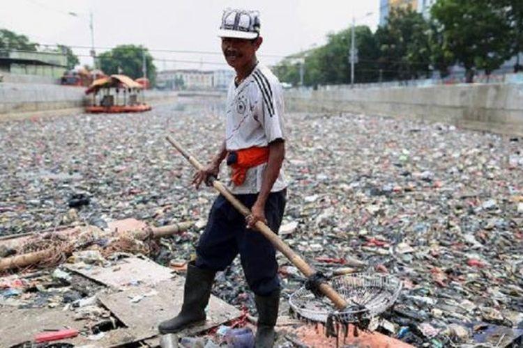 Yudi (45), dua tahun menjadi pekerja lepas kebersihan untuk wilayah Jakarta Utara.