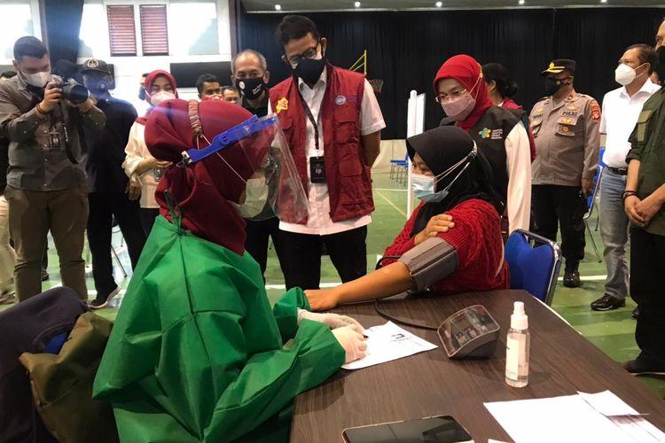 Menteri Pariwisata dan Ekonomi Kreatif Sandiaga Uno saat meninjau pelaksanaan vaksinasi di STP Bandung, Sabtu (17/7/2021).