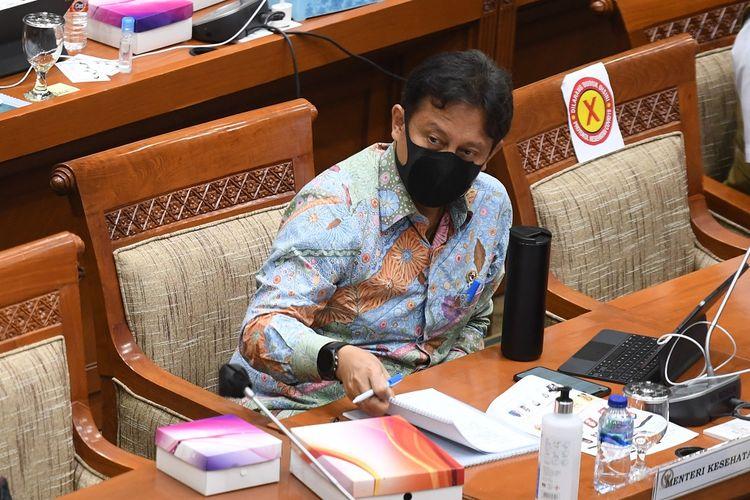Menteri Kesehatan Budi Gunadi Sadikin (kanan) mengikuti rapat kerja dengan Komisi IX DPR di Kompleks Parlemen, Senayan, Jakarta, Senin (15/3/2021). Rapat kerja tersebut membahas satu tahun penanganan pandemi COVID-19 di Indonesia dan kesiapan serta skema vaksinasi gotong royong. ANTARA FOTO/Hafidz Mubarak A/foc.