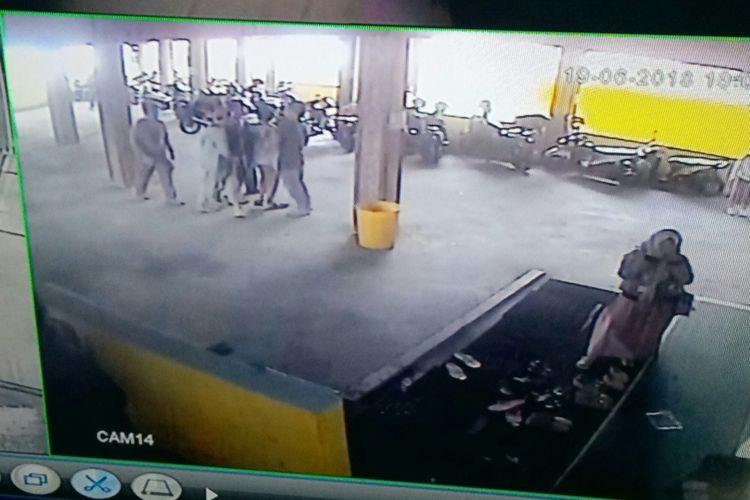 Tampak dalam sebuah tekaman CCTV rumah makan Sangkan Hurip 2, seorang terduga teroris berinisial FJ (27) tengah dikerubungi petugas Densus 88 yang mengenakan pakaian preman. FJ diduga kuat berafiliasi dengan ISIS.