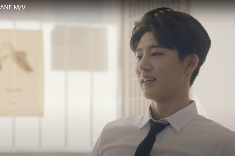 Tangkapan layar Kim Han Bin (B.I.) dalam musik video Airplane