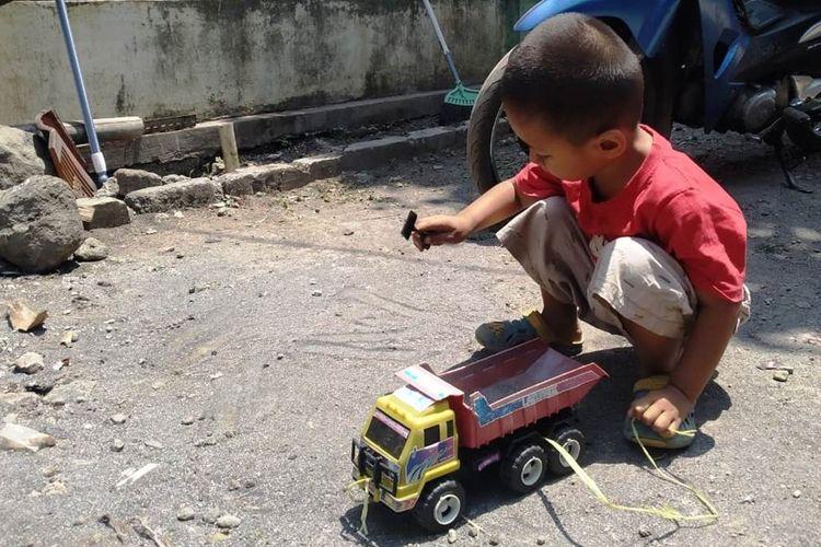AR (3), bocah asal Kampung Mareleng, Kecamatan Haurwangi, Desa Kertamukti, Kabupaten Cianjur, Jawa Barat memiliki kelainan pada organ vitalnya. (KOMPAS.COM/FIRMAN TAUFIQURRAHMAN)