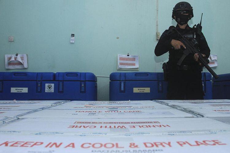 Satuan Brimob Polda Jawa Barat melakukan pengawalan ketat saat pengiriman 30.000 vaksin Covid-19 produksi Sinovac di gudang penyimpanan milik Dinas Kesehatan Provinsi Sumatera Selatan, Senin (4/1/2020). Untuk tahap awal dari 58.000 vaksin yang diajukan, 30.000 vaksin yang diterima itu akan dibagikan ke tujuh kabupaten/kota di Sumatera Selatan.
