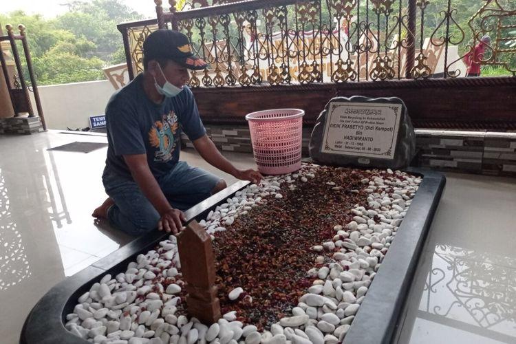 Ratusan sobat ambyar melakukan ziarah ke makam Did iKempot yang meninggal satu tahun lalu karen ahenti jantung. Sementara istri ke 3 Didi Kemppot Yan Velia akan melakukan ziarah Rabu malam setelah sholat maghrib.