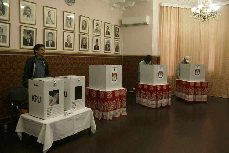 Warga Negara Indonesia menggunakan hak suaranya di Tempat Pemungutan Suara (TPS) KBRI Moscow, Rusia, Minggu (14/4/2019). Sebanyak 1.020 daftar pemilih tetap WNI di seluruh Rusia mengikuti Pemilu 2019 dan akan dihitung pada Rabu (17/4/2019).