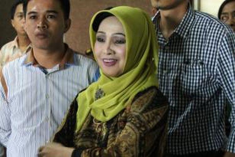 Mantan Bupati Karanganyar Jawa Tengah, Rina Iriani saat menjawab pertanyaan wartawan usai pemeriksaan kedua di Kantor Kejaksaan Tinggi Jawa Tengah. Rina telah diperiksa lima kali, dan berkasnya telah lengkap.