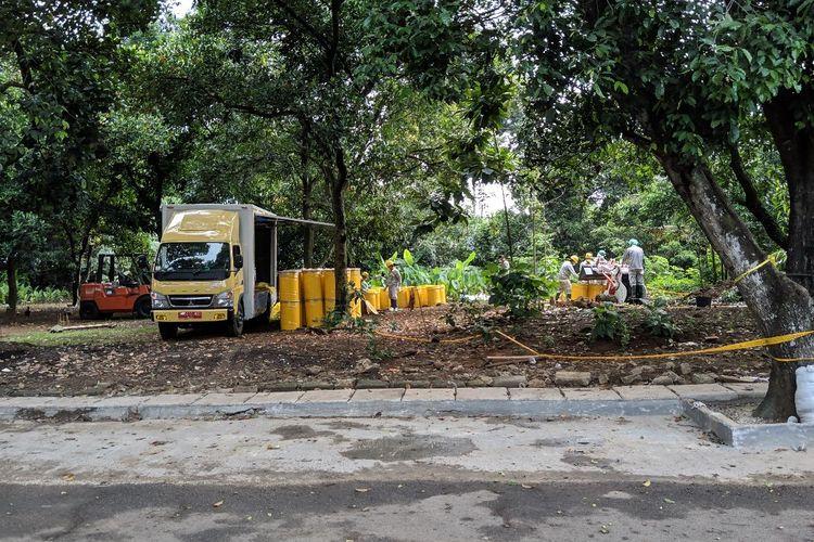 Puluhan drum kuning pengangkut tanah terpapar radiasi zat Cs 137 di perumahan Batan Indah Tangerang Selatan, Minggu (16/2/2020)