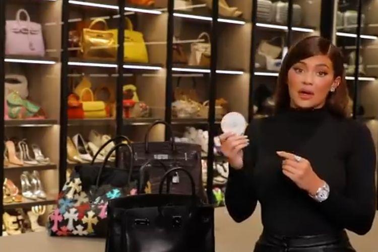 Kylie Jenner saat memperlihatkan isi tasnya.