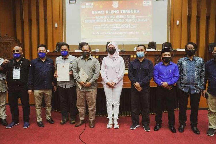 Komisioner KPU Kabupaten Malang berfoto bersama dengan tim Malang Jejeg usai rapat rekapitulasi verifikasi faktual pada Selasa, 15 September 2020.