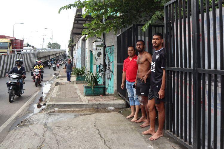 Pemain PSM Makassar Patrich Wanggai dan Hasyim Kipuw (kiri-kanan)) berlari keluar hotel karena terjadi gempa 6,7 RS yang menguncang Malang, Jawa Timur, Sabtu (10/04/2021) siang.