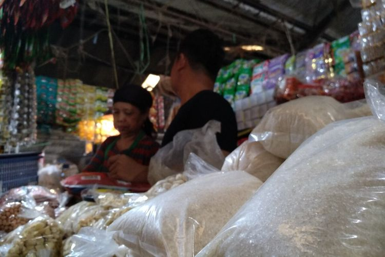 Pedagang gula pasir di Pasar Induk Cikurubuk Kota Tasikmalaya mengeluhkan harga mahal dan stok mulai sulit sementara penjualannya dibatasi harga eceran tertinggi (HET), Jumat (13/3/2020) pagi.