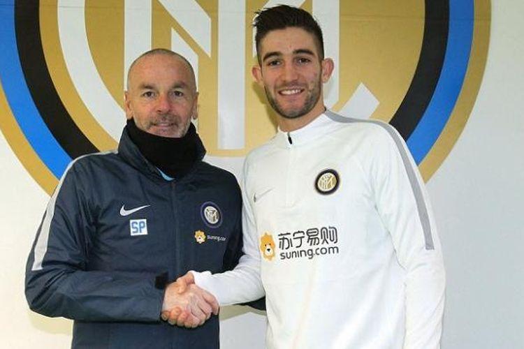Roberto Gagliardini (kanan) berpose dengan pelatihnya di Inter Milan, Stefano Pioli. Gagliardini resmi dipinjam Inter dari Atalanta selama dua tahun.
