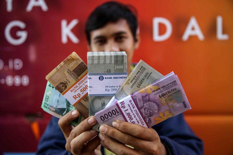 Warga menukarkan uang di mobil kas keliling bank di Lapangan IRTI Monas, Jakarta Pusat, Selasa (14/5/2019). Bank Indonesia dan bank umum menyelenggarakan penukaran uang baru dengan maksimal penukaran Rp3,9 juta per orang perhari mulai 13 Mei hingga 1 Juni 2019 guna membantu masyarakat mendapatkan uang pecahan selama Ramadhan dan kebutuhan Lebaran.