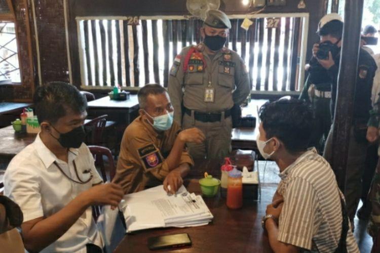 Petugas gabungan menertibkan pelaku usaha yang melanggar aturan PPKM level 4, di Kota Pekanbaru, Riau, Selasa (3/8/2021).