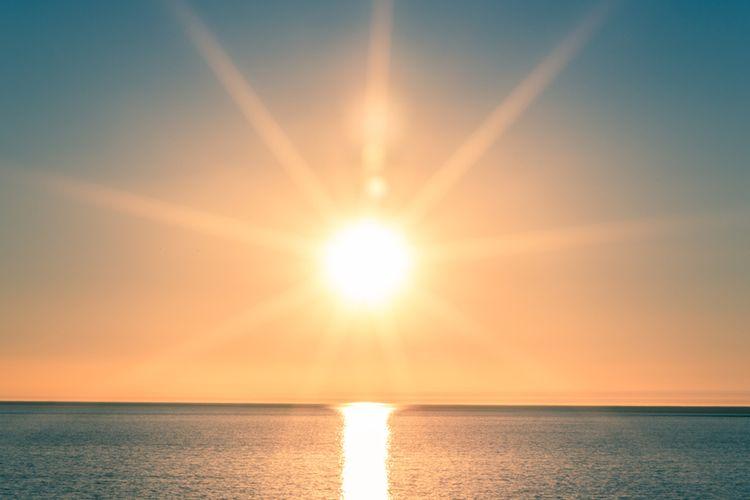 Ilustrasi ekuinoks, fenomena ini terjadi ketika deklinasi Matahari senilai dengan garis khatulistiwa atau ekuator. Perbedaan durasi siang dan malam.