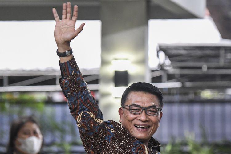 Kepala Kantor Staf Presiden Moeldoko melambaikan tangan usai memberi keterangan pers di kediamannya kawasan Menteng, Jakarta, Rabu (3/2/2021). Moeldoko membantah tudingan kudeta kepemimpinan Partai Demokrat di bawah Agus Harimurti Yudhyono (AHY) demi kepentingannya sebagai calon presiden pada pemilihan umum tahun 2024 mendatang. ANTARA FOTO/M Risyal Hidayat/rwa.