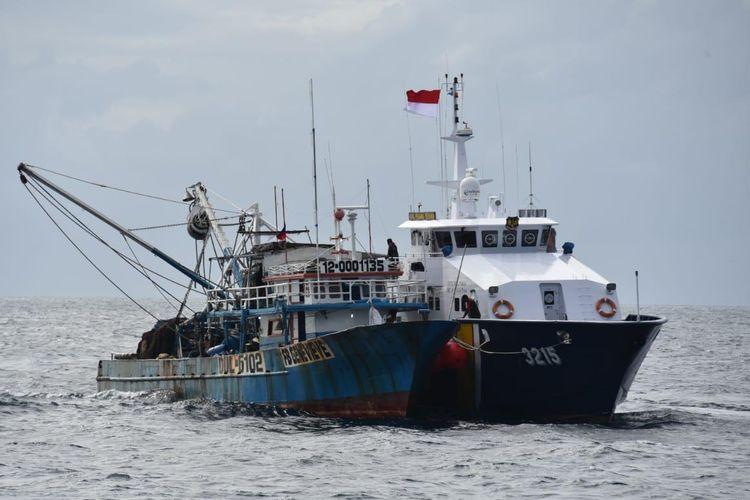 Kapal illegal fishing berbendera Filipina yang diringkus Kapal Pengawas Perikanan KKP di Laut Sulawesi.
