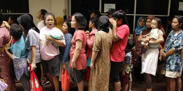 Ilustrasi warga korban banjir mengantre saat ada pembagian makanan dan pakaian layak pakai