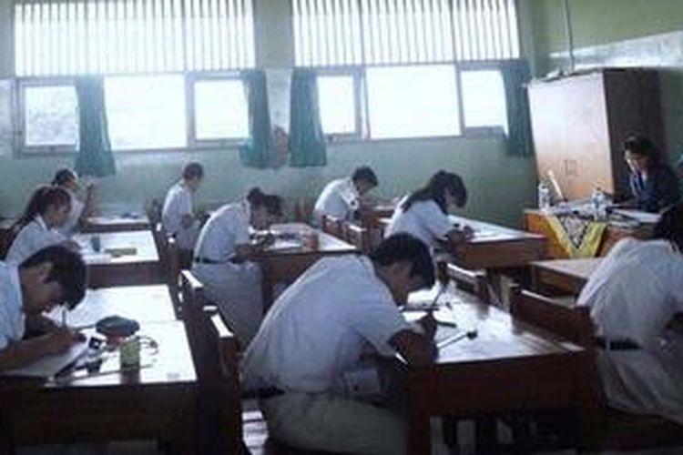 Siswa kelas XII  SMAN 108, Pesanggrahan, Jakarta Selatan,  mengikuti ujian nasional, Senin (15/4). Hari itu, ujian yang menjadi landasan untuk lulus SMA serentak dilaksanakan di Jakarta.   Kompas/Wisnu Widiantoro (NUT) 15-04-2013