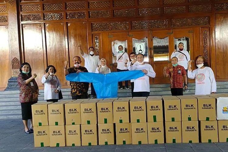 Kepala BLK Surakarta Sofwan Setiawan, memberikan hazmat hasil produksi BLK Surakarta kepada Wali Kota Surakarta FX. Hadi Rudyatmo, di Balai Kota Surakarta, Kamis (9/4/2020).