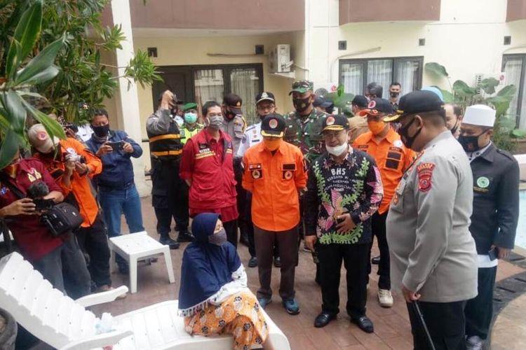 Jajaran Forkopimda Cianjur, Jawa Barat, menyapa seorang tamu hotel di Cipanas, Kamis (20/8/2020). Para pejabat daerah itu berkeliling di kawasan Puncak untuk mengingatkan pengunjung soal pentingnya menerapkan protokol kesehatan.