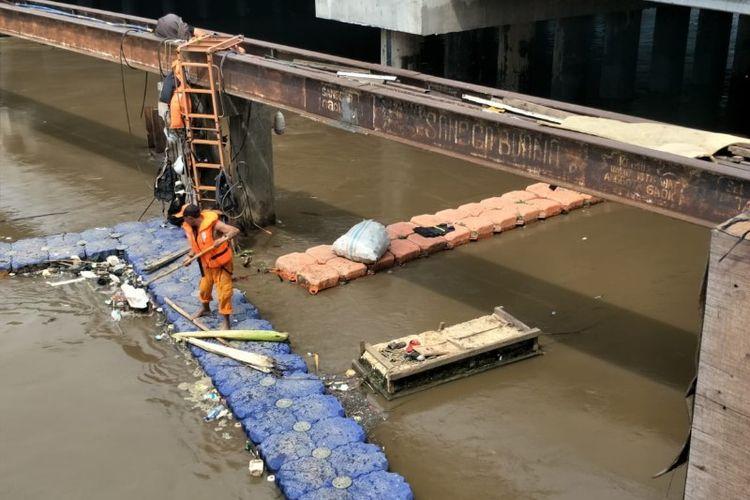 Kondisi Kali Banjir Kanal Barat depan mal Season City, Jembatan Besi, Tambora, Jakarta Barat pada Senin (12/11/2018).