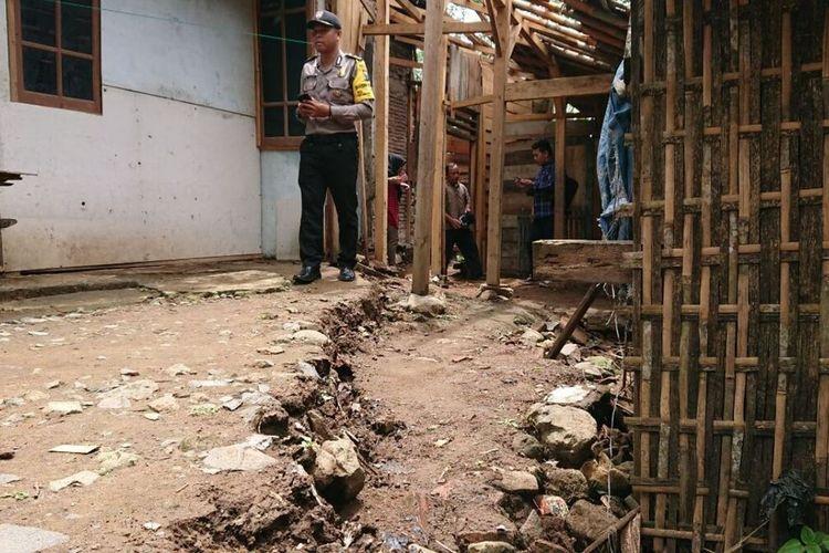Tanah ambles  yang terjadi di desa Pringapus Kecamatan Dongko Trenggalek Jawa Timur, hingga merusak permukiman warga (05/03/2020).