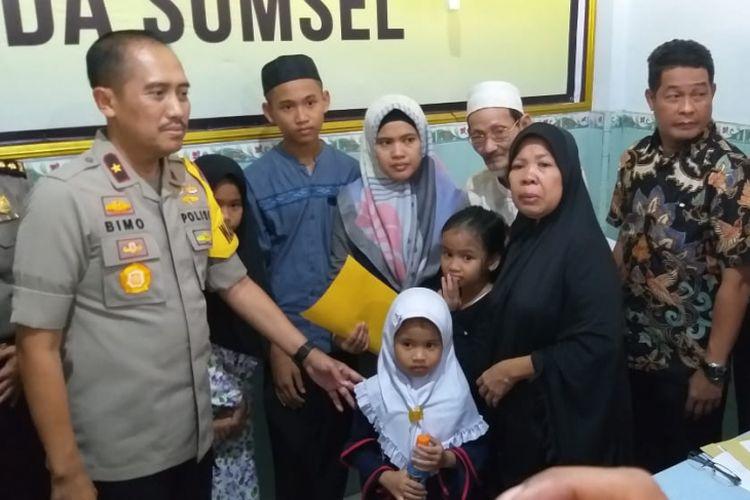 Wakapolda Sumsel Brigjen Pol Bimo Anggoro Seno saat menyerahkan jenazah Sofyan (45) sopir taksi online yang tewas setelah menjadi korban perampokan, Jumat (16/11/2018).