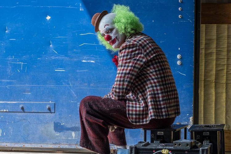 Foto aktor Joaquin Phoenix dalam balutan kostum badut. Foto ini diunggah sutradara Joker, Todd Phillips, di akun Instagram-nya.