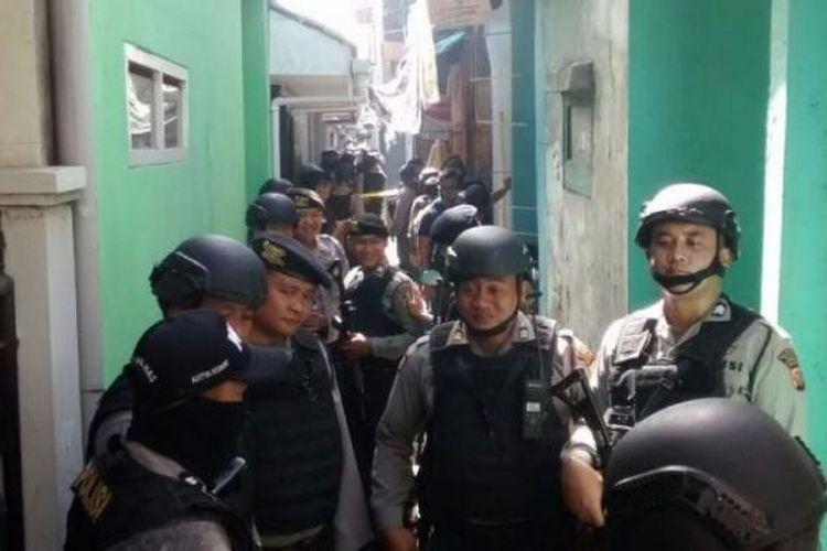 Polisi berjaga di sekitar  rumah milik salah satu terduga teroris di Gang Bahpian, Kelurahan Sukahaji, Kecamatan Babakan Ciparay, Kota Bandung, yang digeledah, Senin (13/3/2017).