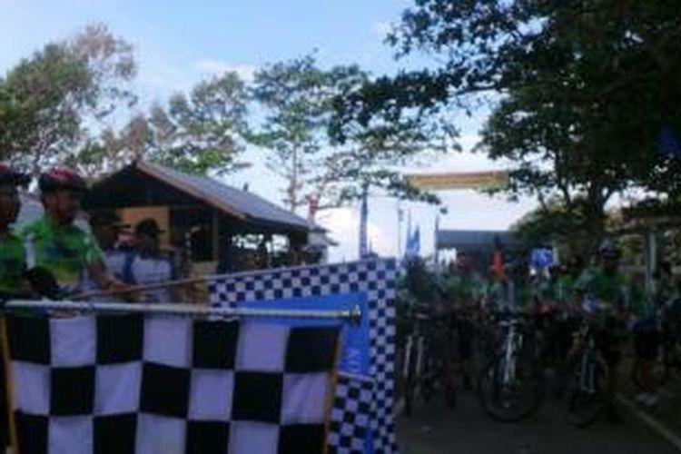Peserta Jelajah Sepeda Sabang-Padang Kompas-PGN mulai start dari Tugu Nol Kilometer, Pulau Weh, Sabang, Sabtu (31/8/2013).