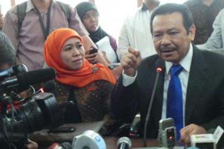 Khofifah Indar Parawansyah bersama Kuasa Hukumnya Otto Hasibuan seusai menghadiri sidang putusan DKPP, di Jakarta, Rabu (31/7/2013).