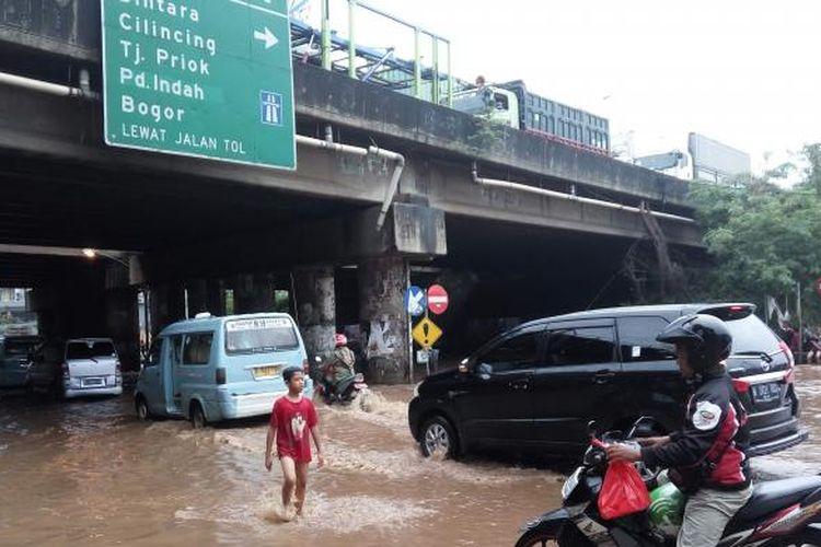 Kondisi banjir di kolong jembatan Tol JORR, Kalimalang pada Senin (20/2/2017).