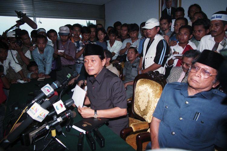 Harmoko saat meminta Soeharto turun